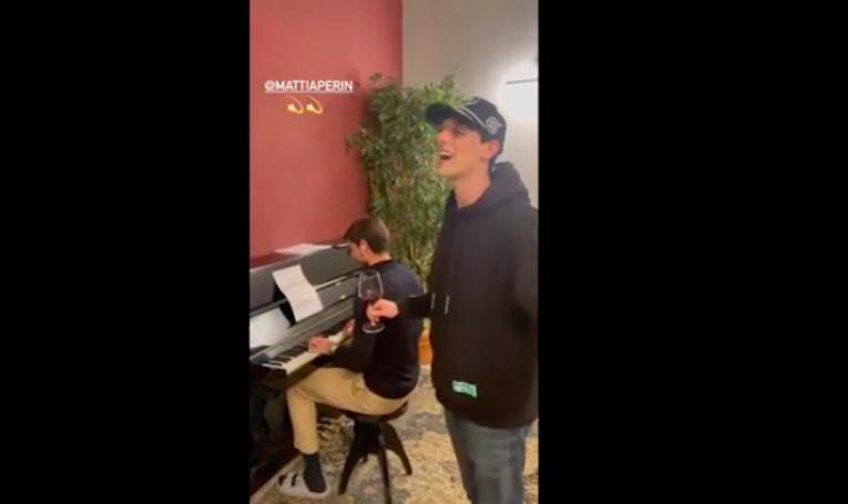 Perin al pianoforte con il rapper genoano Bresh. Il video